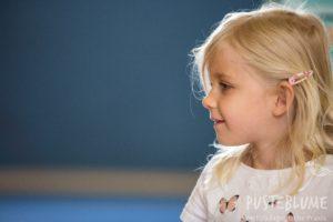 Ein kleines Mädchen schaut.