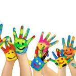 Fröhliche Gesichter, mit Fingerfarben auf die Hände gemalt