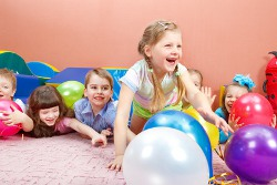 Spielende Kinder als Illustration zur Motopädagogik und Psychomotorik