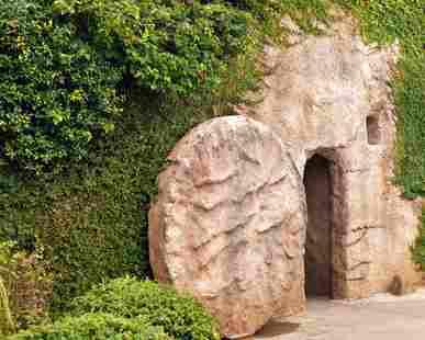 Grab mit zur Seite gerolltem Stein