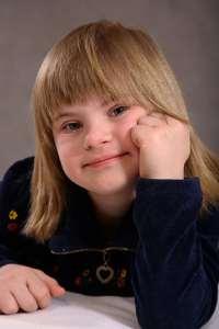 Ein zufriedenes Kind mit Behinderung