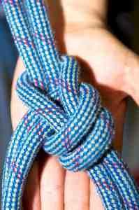 Ein Seil mit einem Kletterknoten