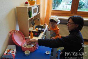 Kleiner Junge in der Kochecke