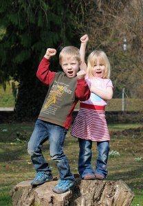 Zwei Kinder strotzen vor Selbstvertrauen