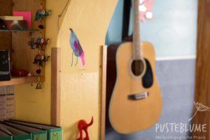 Eine Gitarre in einer Kita