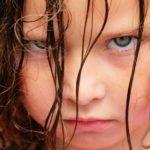 Kleines Mädchen mit trotzig-verärgertem Gesichtsausdruck