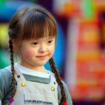 Bild eines hübschen kleinen Mädchens mit Trisomie-21