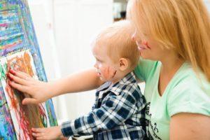 Mutter und Kind malen gemeinsam ein Bild