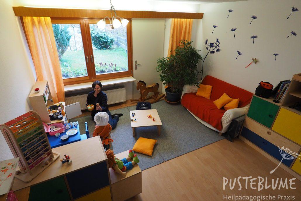 Gesine Herzog spielt mit einem kleinen Jungen im Praxisraum in Reit im Winkl.