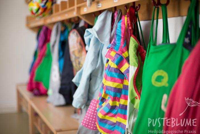 Arbeitsort für Helfer oder Helferinnen: Bild eines Kindergartens (Jacken an der Garderobe)